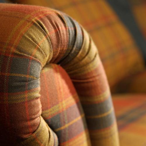 THE ISLE MILL Wollstoff auf einem Sofa