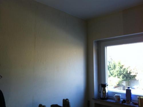 Wandfläche mit Makulatur neu tapeziert in Königstein